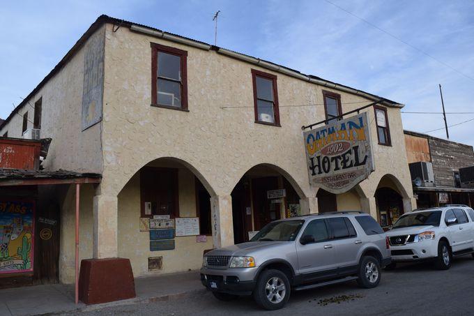 街の中心の歴史ある「OATMAN HOTEL」は必見!