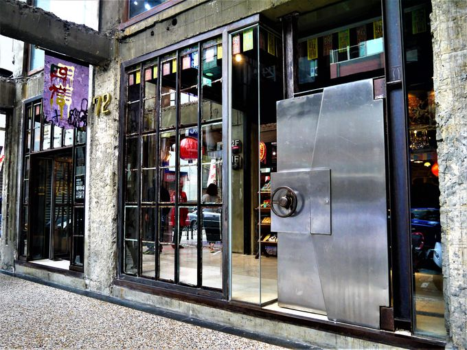 これが銀行カフェ!スイーツの金庫の扉を開けよう!