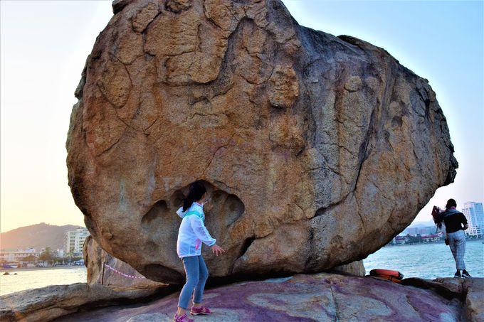 落ちそうで落ちない?不思議な岩の「ホンチョン岬」