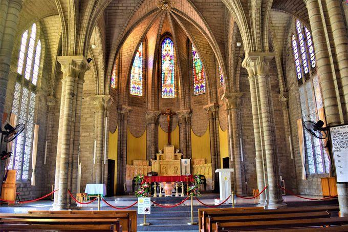美しいステンドグラスに圧巻!「ニャチャン大聖堂」