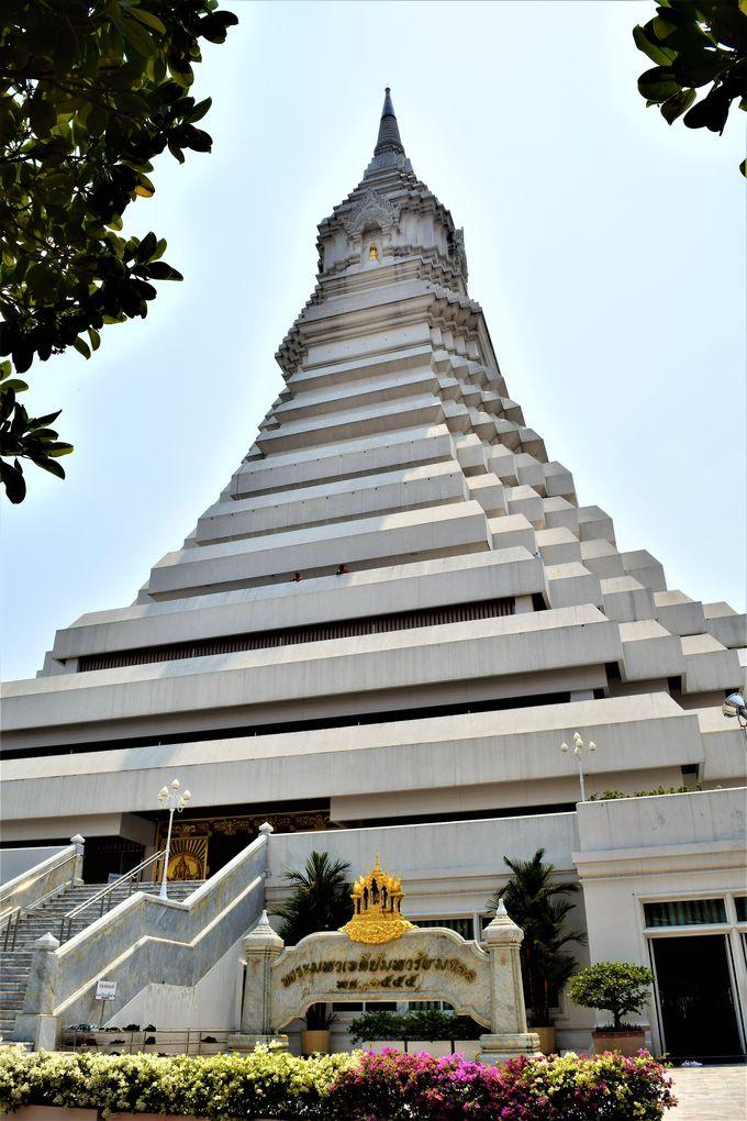 前タイ国王の誕生記念に建てられた真っ白なお寺「ワット・パクナム」