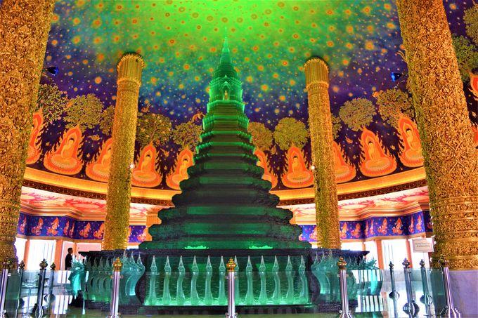 一番の見どころ!エメラルドグリーンの仏塔