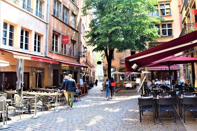 歩くだけで楽しい!旧市街の街並みとベルクール広場