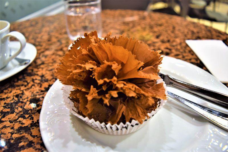 ベルナシオンのカフェでスペシャリテケーキ「プレジダン」を!