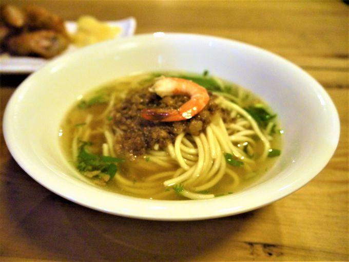 人気の秘訣!酸味のあるあっさりスープが特徴