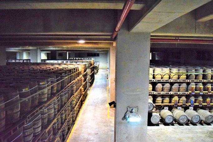 蒸留釜や保存樽も見ることができる!