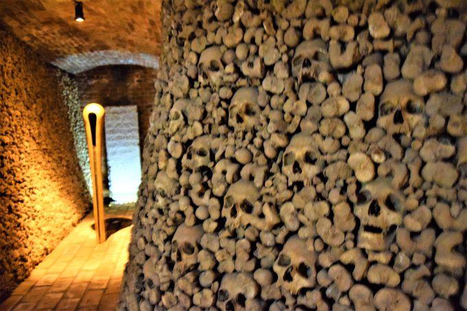 本物の人骨?まるでアートな「聖ヤコブ教会」地下納骨堂