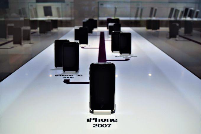 歴代のiPhone、iPad、iPodが展示