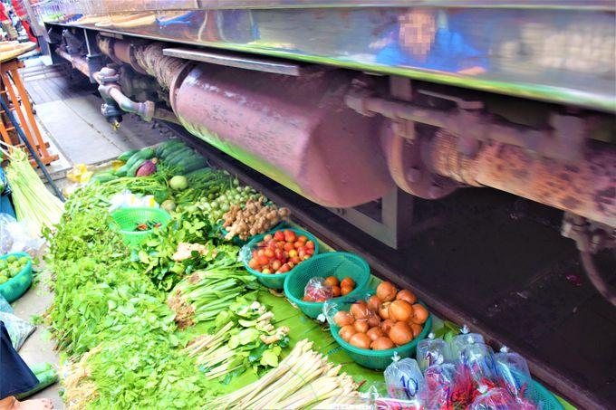スリル満点!線路から見る列車とメークロン市場