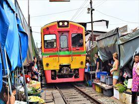列車が市場の中を通り抜ける!タイ名物「メークロン市場」