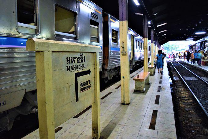 メークロン市場まで行きは列車で!