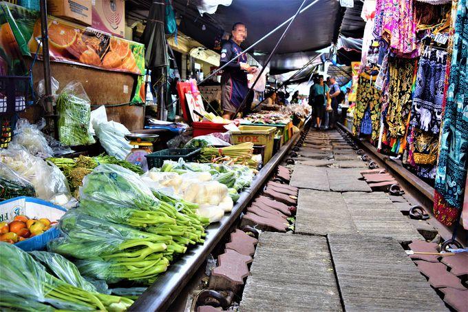 線路の上でお買い物?たくさんのお店が並ぶメークロン市場