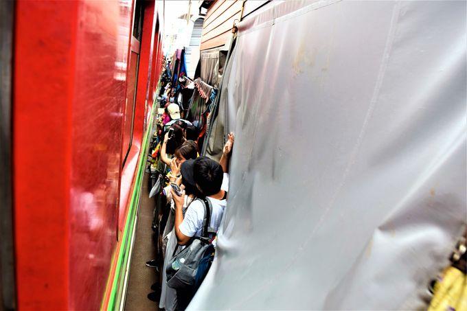 ドキドキハラハラ!?列車からメークロン市場を見る!