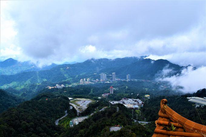 塔の上からの眺めは最高!山の中腹の洞窟寺院
