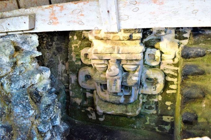 向かい合う神殿と「アクロポリス」