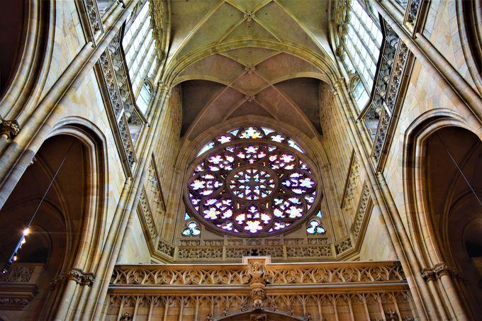 朝イチで!ステンドグラスが見事な「聖ヴィート大聖堂」