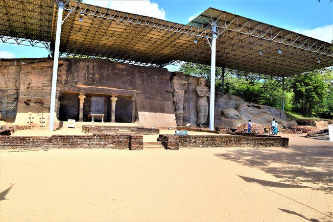 必見!巨大な石像の「ガル・ヴィハーラ」