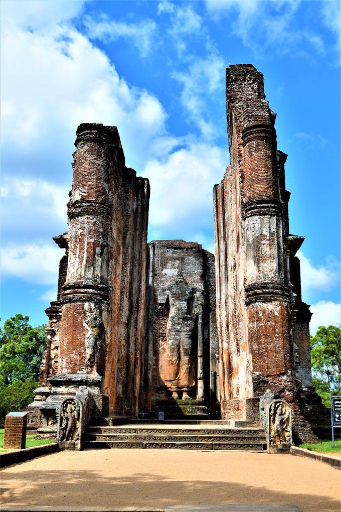 巨大仏像も!浮き彫りが美しい「ランカティラカ」