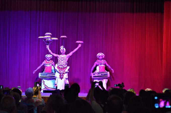 伝統的な舞!キャンディアン・ダンス