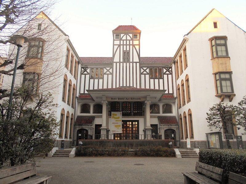 キャンパス内で異彩を放つ建物は、芸能全般について学べる貴重な資料館!