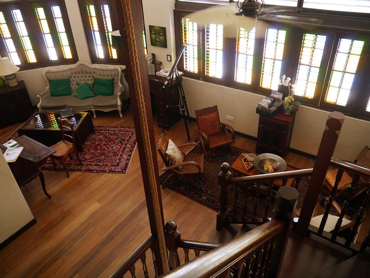 レトロな家具のライブラリーコーナー