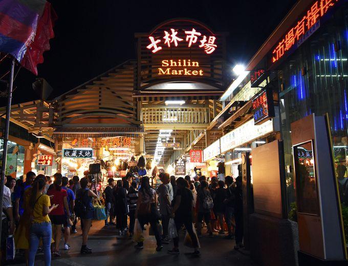 まずは士林夜市の中心「士林市場」へ