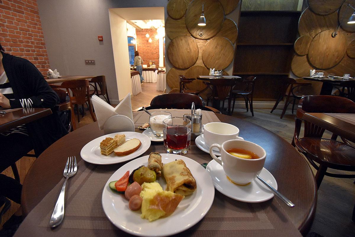 レストランと朝食
