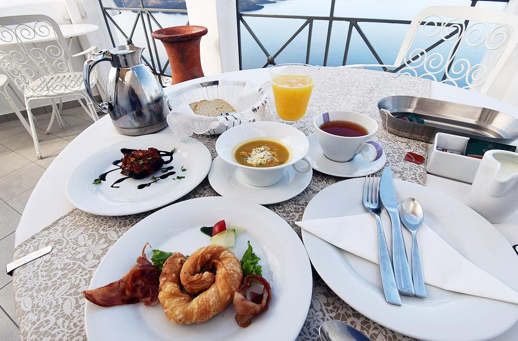エーゲ海を前にいただくサーブ式の朝食