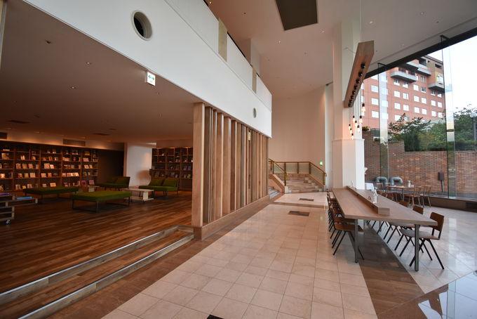 新しくオープンしたライブラリーカフェや足湯