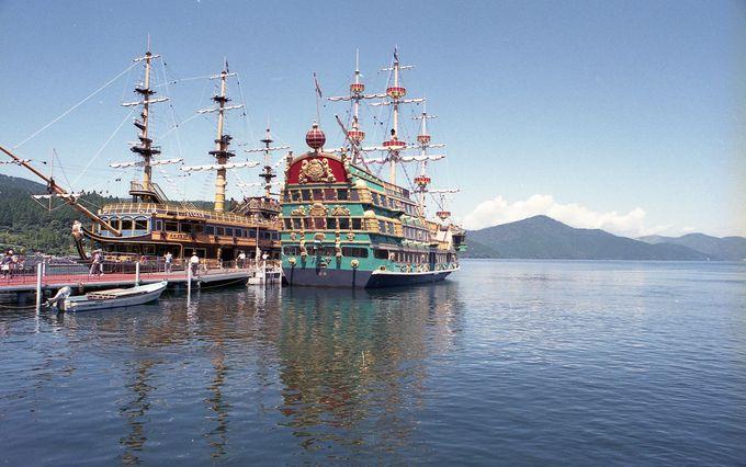 3隻の海賊船が芦ノ湖を航行中