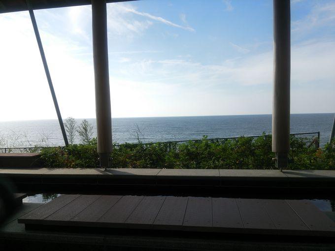 「瀬波はまなす荘」には海を一望できる足湯も