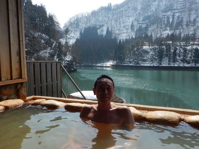 早戸温泉つるの湯の川沿い露天風呂