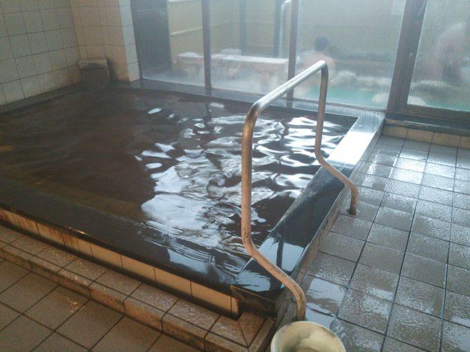 カランからも温泉が注がれるかけ流し湯