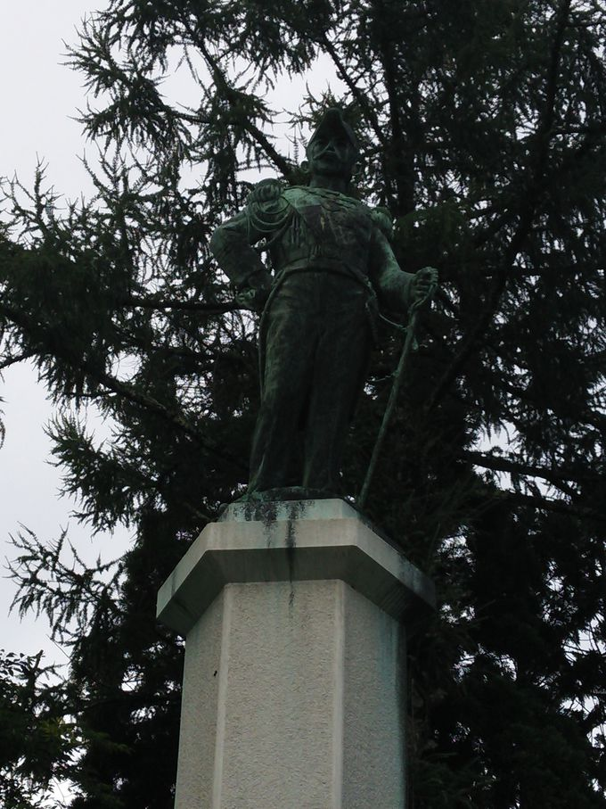 園内にゆかりの有栖川宮威仁親王殿下の銅像