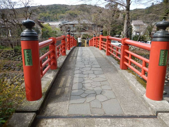 神聖さを放つ朱色の橋
