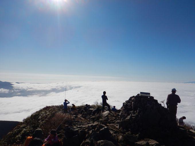 雲海上の磐梯山山頂