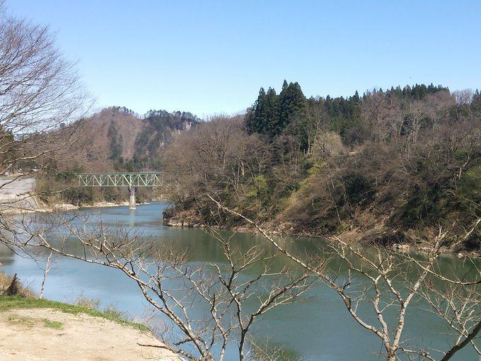 只見川がすぐそば、只見線の鉄橋(第二只見川橋梁)も視野に