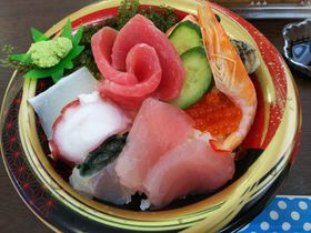 新鮮な海鮮丼が美味!沖縄の小さな離島・奥武島「いまいゆ市場」