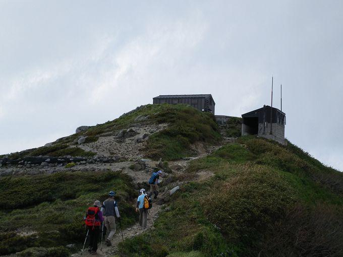 飯豊山本山の頂上手前に飯豊山神社