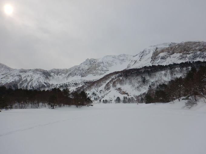 氷結した銅沼の湖面を歩いて