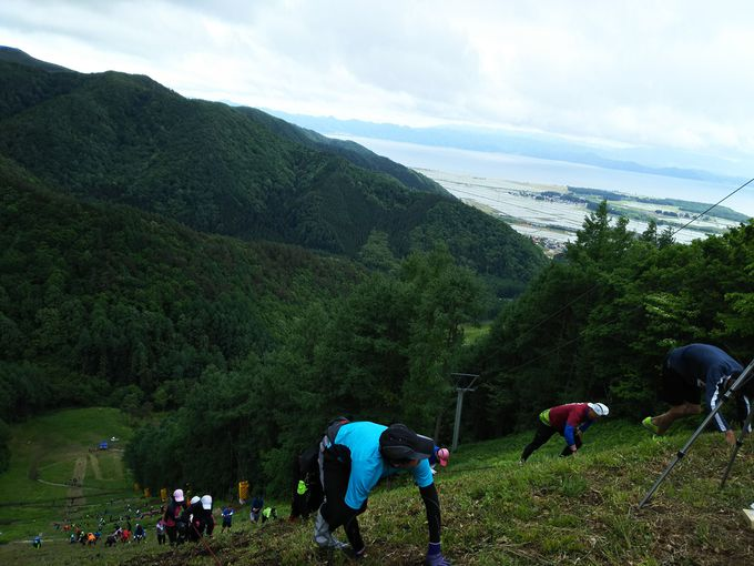 出場者を待つスキー場の厳しい登りと頂上絶景