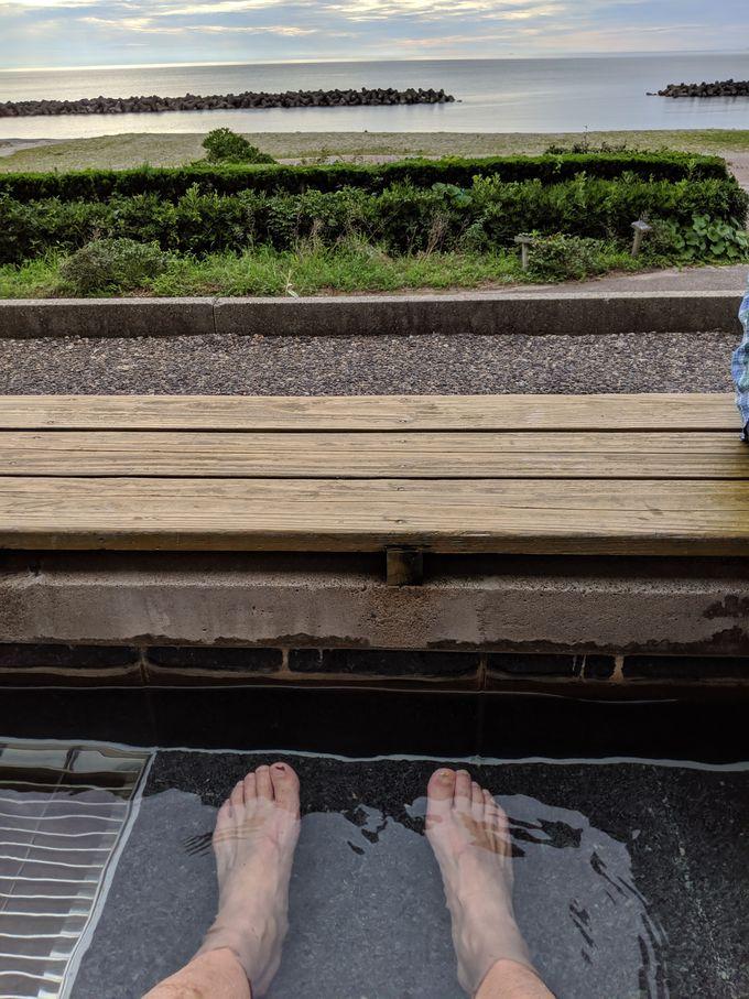目の前の瀬波温泉海水浴場へ