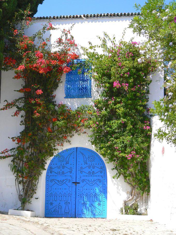白い壁と青いドアが美しい街