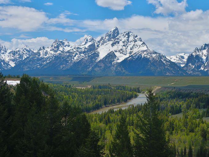 ダイナミックな山並みと雄大な平原