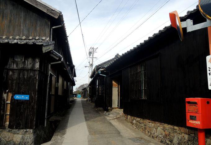 佐久島の西港には黒壁集落やコナンの聖地が