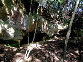 どうやって歩けと?佐世保の住宅地内の史跡「泉福寺洞窟」が色々と奥深い