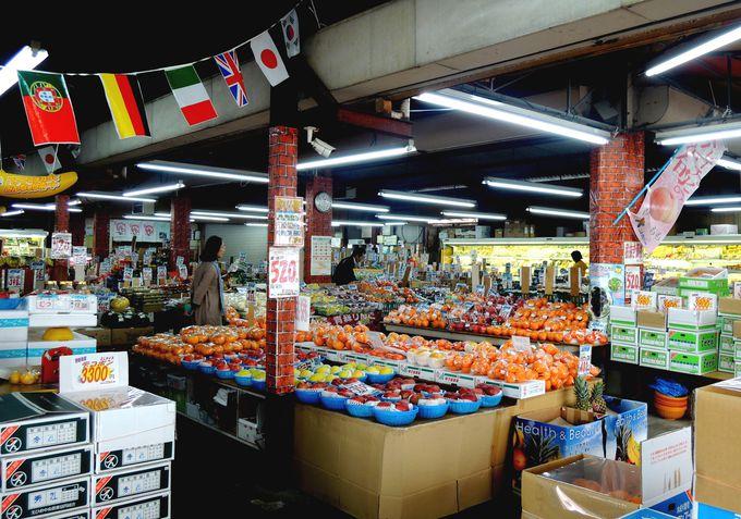 バナナ館の店内は市場に匹敵する大賑わい!