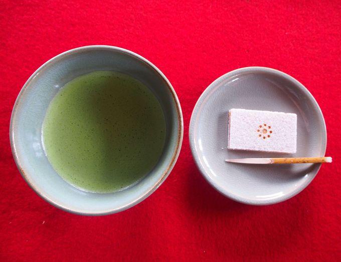 古今伝授の間でお茶と和菓子もを味わおう!