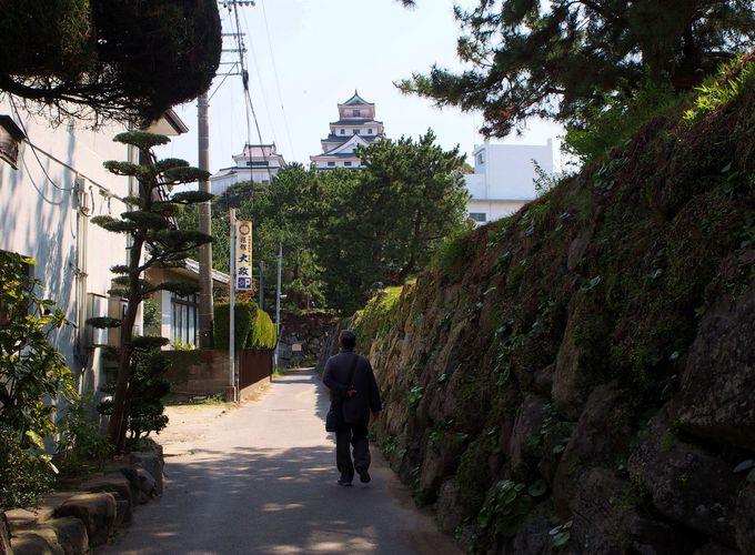 石垣の散歩道の風情を感じながら唐津城へ