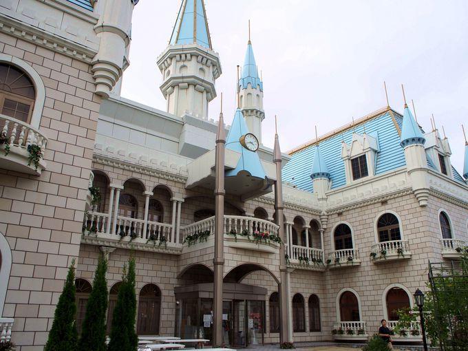 青い屋根のお城を入ればウエルカムリカちゃんがお出迎え!